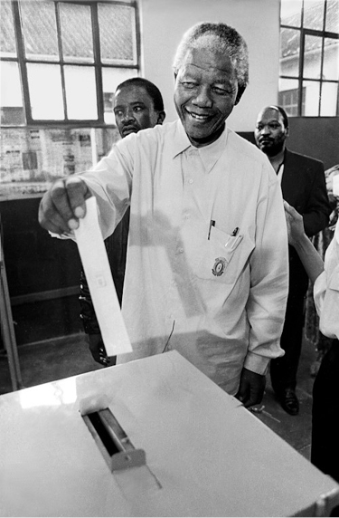 Paul Weinberg, Nelson Mandela voting for the first time in his life, Ohlange High School, Inanda (1994).